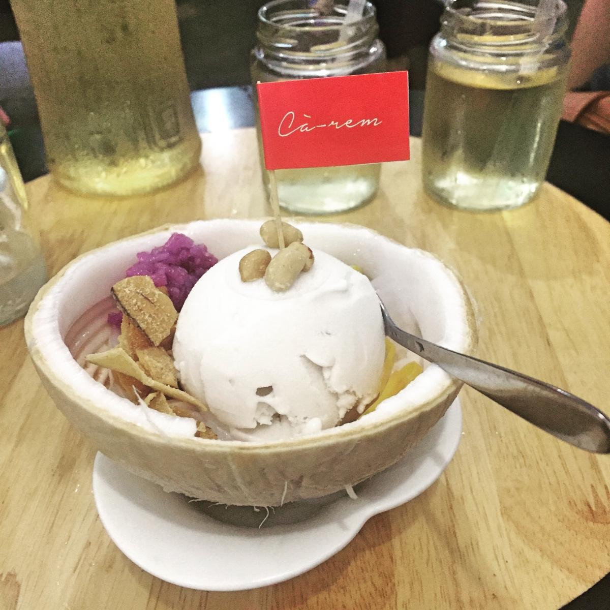 Tabi ki yanında pirinç ile ikram edilen Hindistan cevizli dondurma